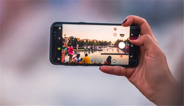 Facebook Now Lets You Create 3D Photos Without a Portrait Mode Camera