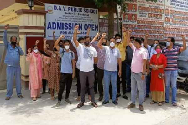 school-fees-hike-in-faridabad-protest-against-dav-school-sector-37