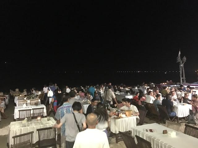 多くの人で賑わうビーチでの夕食