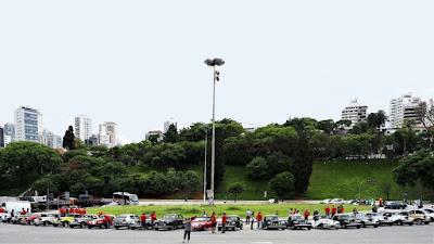 Dezenas de MPs se aglomeram em torno da Praça Charles Miller, diante do Estádio Municipal do Pacaembu, que apesar de tombado está na mira de ser privatizado.