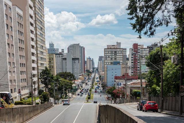 Avenida Visconde de Guarapuva vista da Rua Ubaldino de Amaral, em um momento de pouco movimento