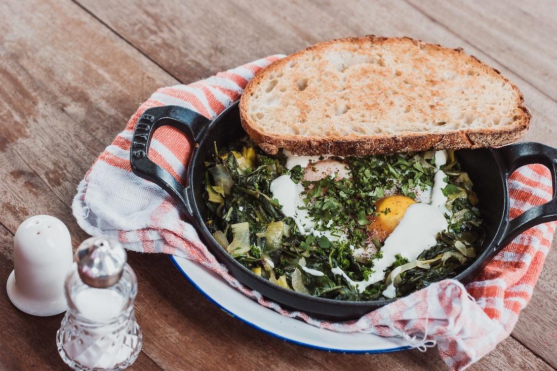 Sartén con revuelto de huevos y verduras para cenar
