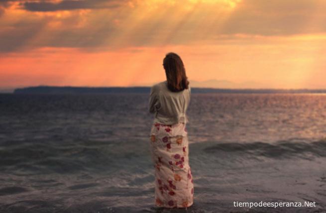 Mujer sola contemplando el mar