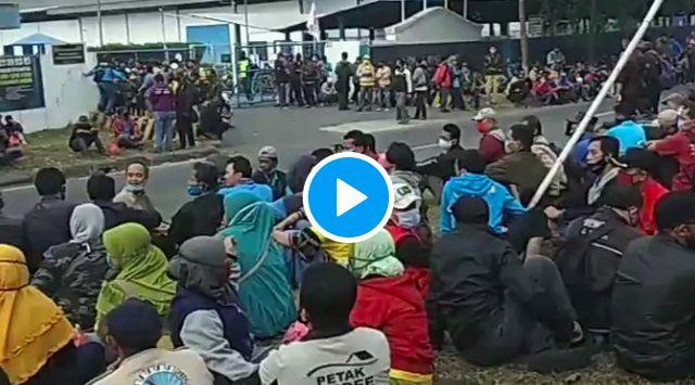 Pagi-pagi Buruh Bekasi Sudah Kepung Pabrik, Langsung Dihadang Polisi