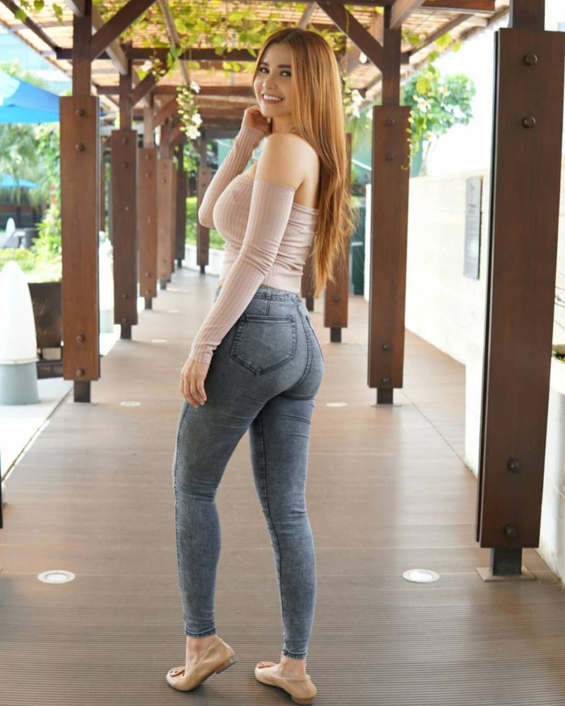 Maria Vania Expose her Perfect Ass by Backpose photoshoot