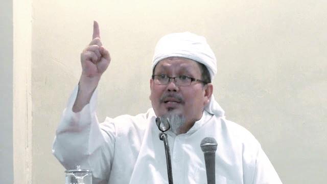 Wasekjen MUI: Cabut Izin Perusahaan Yang Memaksa Karyawan Muslim Pakai Simbol Natal