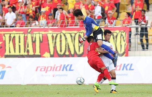 Phí Minh Long mắc sai lầm trong trận đấu với Thái Lan