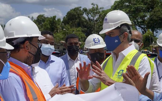 El presidente Abinader inspecciona trabajos que realiza el INDRHI en Hato Mayor para control de inundaciones