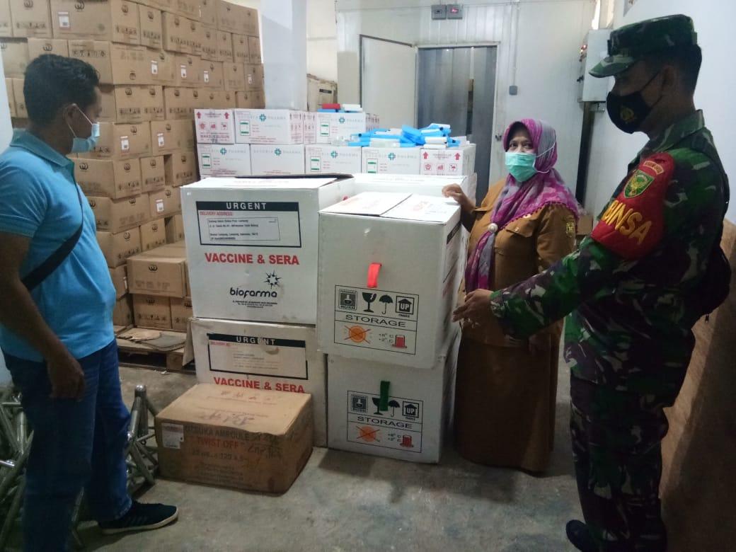 Babinsa Koramil 410-05/TKP memonitor kegiatan pendistribusian Vaksin Sinovac Covid-19 di gudang Instalasi Farmasi Dinkes Provinsi Lampung