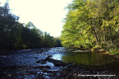 Rivière : la Sioule dans sa vallée encaissée.