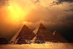 Μια λευκή λάμψη πυράκτωσης φαίνεται στον ουρανό πάνω από μια αιγυπτιακή πυραμίδα , όταν ξαφνικά μια λευκή σφαίρα φαίνεται να ξεφεύγει και ν...