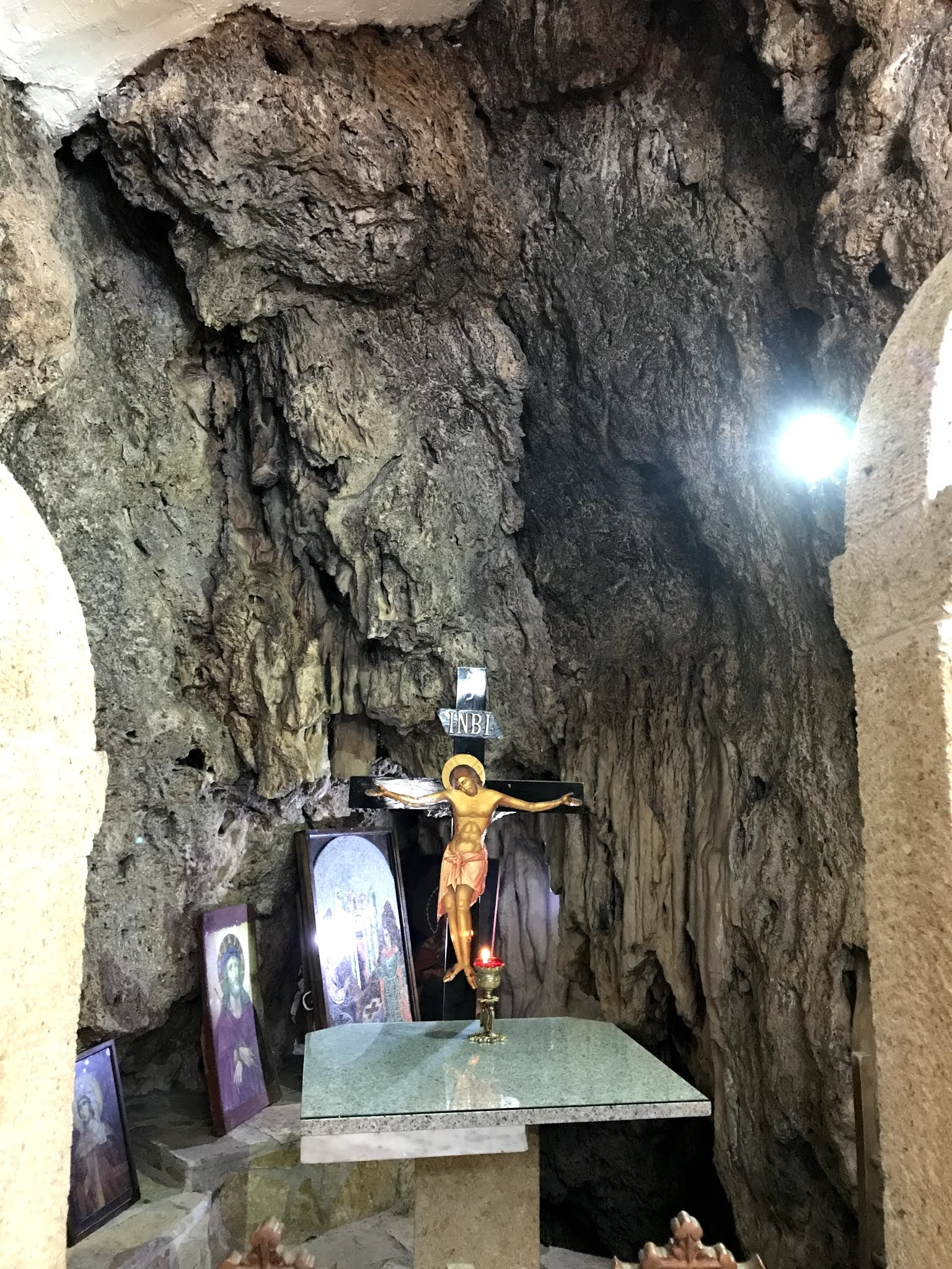 Η Αγία Κυριακή ακουμπά πάνω σε βράχο