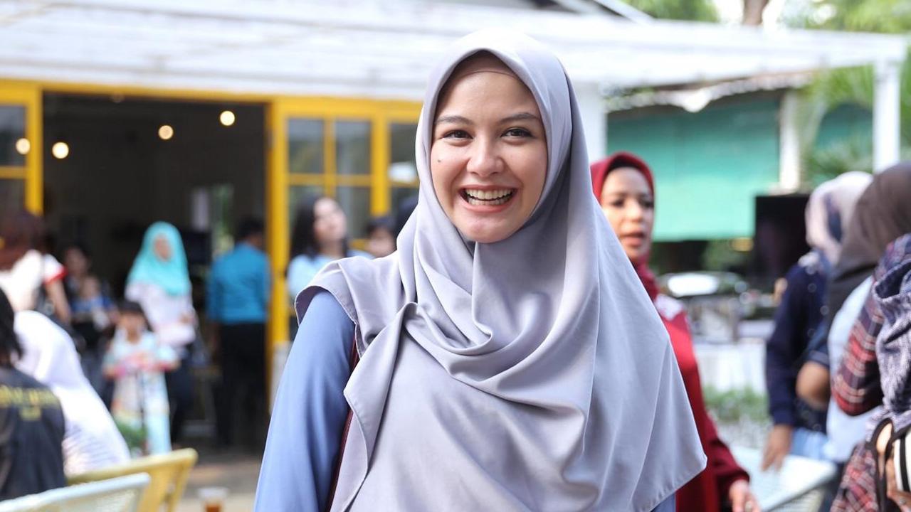 Revalina S. Temat hijrah pakai Hijab Hamil