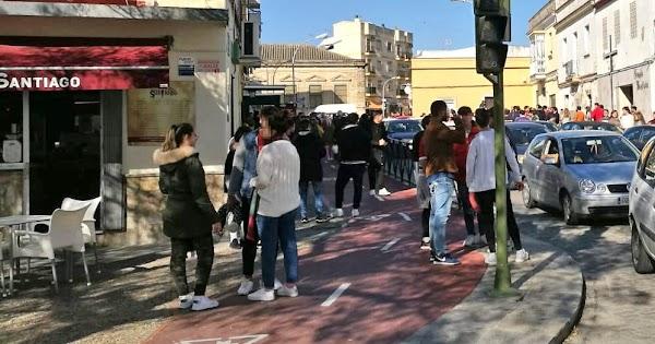 La calle cortada, los costaleros en el bar y los policías esperándoles en Jerez