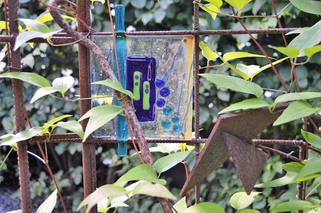 Se en hage i harmoni med seg selv - Glasskunst i et klatrestativ. Furulunden.
