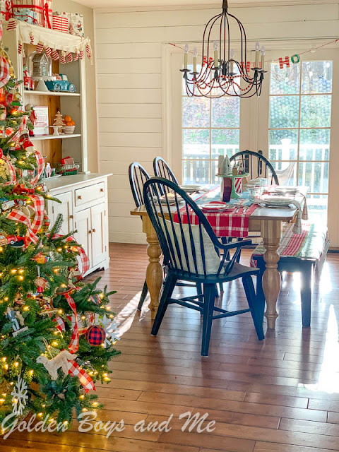 Christmas kitchen with colorful vintage style decor - www.goldenboysandme.com