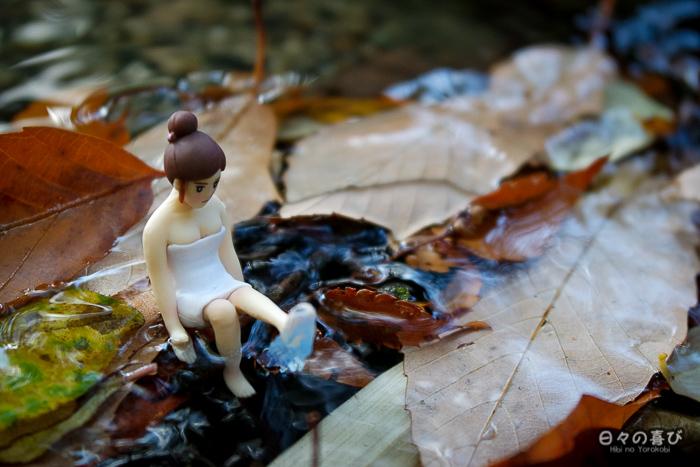 figurine fuchiko les pieds dans l'eau dans un ruisseau
