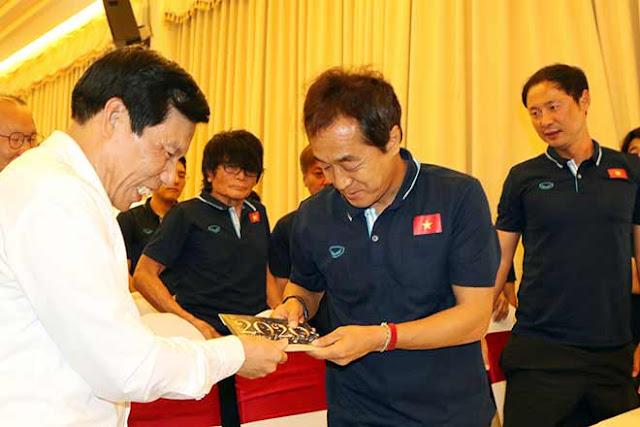 Thầy trò HLV Park Hang Seo nhận lì xì trước ngày đi tranh tài U23 châu Á 7