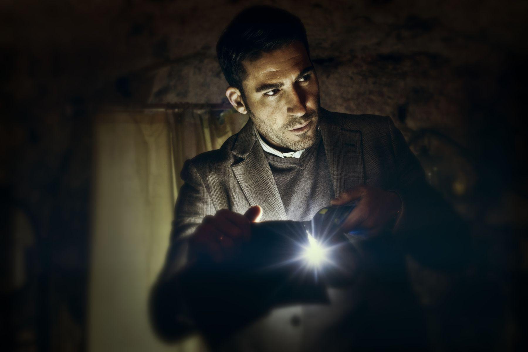 Miguel Ángel Silvestre en una escena de '30 monedas', la serie de Alex de la Iglesia para HBO España