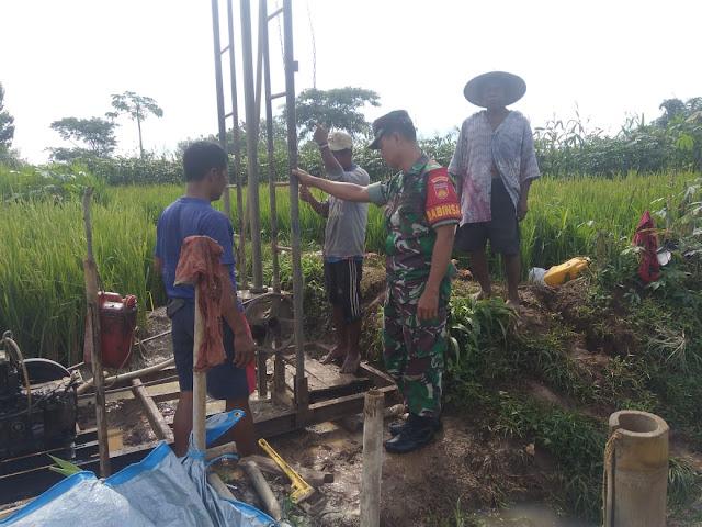 Babinsa Desa Jatibatur Pantau Pembuatan Sumur Dalam