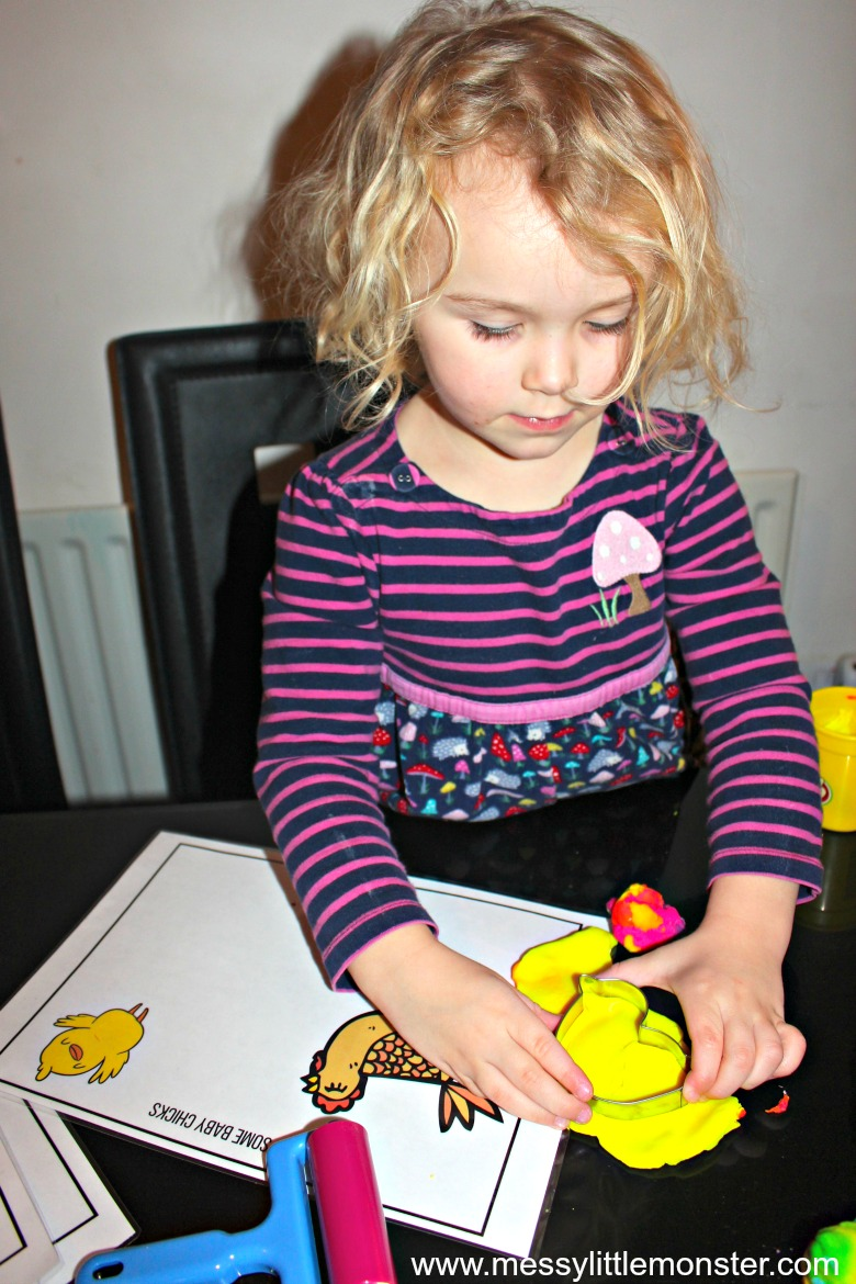 Free printable Easter playdough mats for kids.  Toddlers and preschoolers will love this Spring play dough activity.
