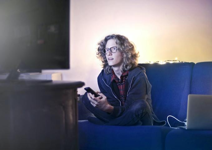 Mulher vendo TV