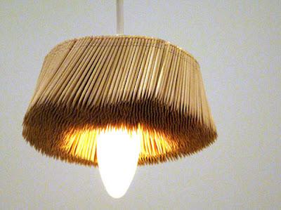 Lampara hecha con palitos de madera reciclados