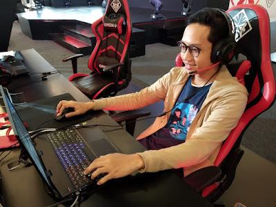 Blogger Eksis mencoba bermain games dengan laptop OMEN