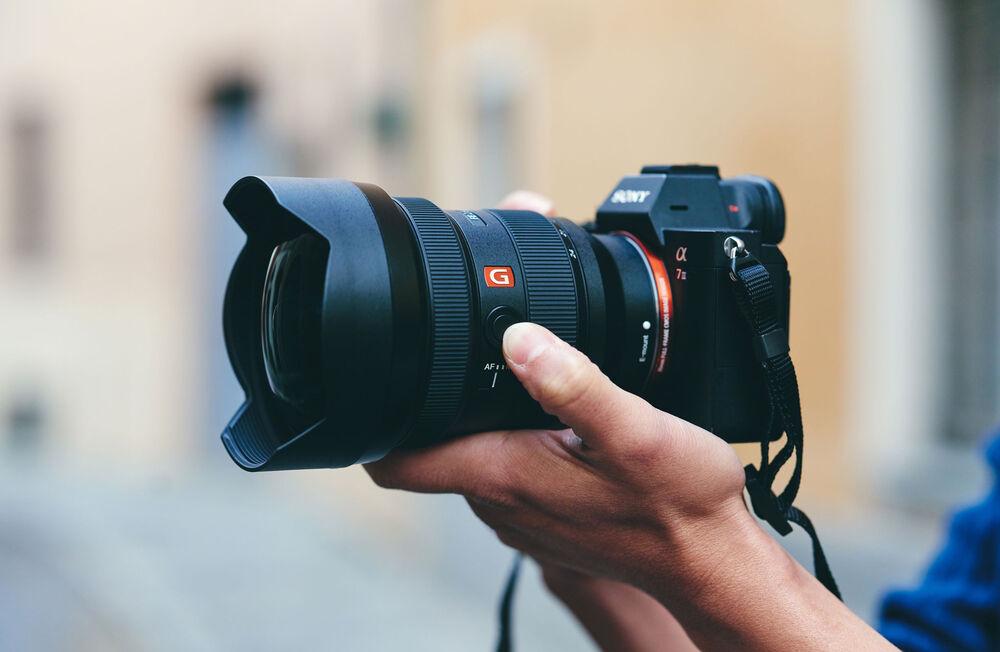 Камера Sony с объективом Sony FE 12-24mm f/2.8 GM