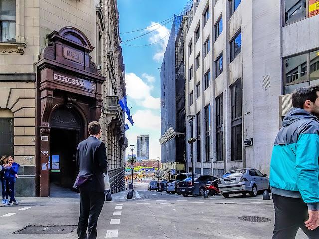 Persona en esquina Mitre y 25 de Mayo,Capital Federal,Argentina