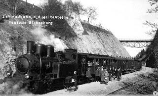 Pociąg Kolei Sowiogórskiej na stacji Srebrna Góra Twierdza