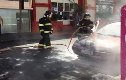 É FOGO! É FOGO! Mulher é surpreendida com carro dela pegando fogo em pleno centro de Olímpia