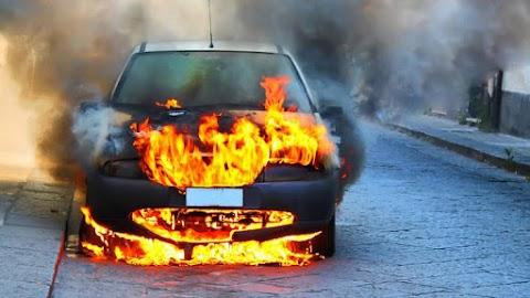 Teljes terjedelmében égett egy gépkocsi Felsőszentgyörgy közelében