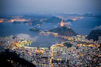 """Sonhei com o Rio. O Rio de minha juventude. De quando meu Botafogo impunha medo em seus adversários. O Rio dos botecos raiz. Uma vez entrei em um em Copacabana e encontrei o genial Nélson Cavaquinho. O Rio do Clube do Samba, do grande João Nogueira. Certa feita dividi meu conhaque com a Miúcha lá. O Rio do Maracanã. A intimidade com o velho e querido """"Maraca"""" era tanta que cheguei a ter conta no Bar do Chacrinha, que era quitada no jogo seguinte do Botafogo. O Rio do Angu do Gomes na Praça XV. De pegar a barca bêbado para ir pra Niterói, dormir e ficar passeando na Baía da Guanabara. Sem ser importunado ou assaltado. Sonhei com o Rio, e fiquei com saudades de minha juventude. A vida passa...O meu Botafogo passou... O Rio foi um """"Rio que passou em minha vida..."""" Só a saudade não passa."""