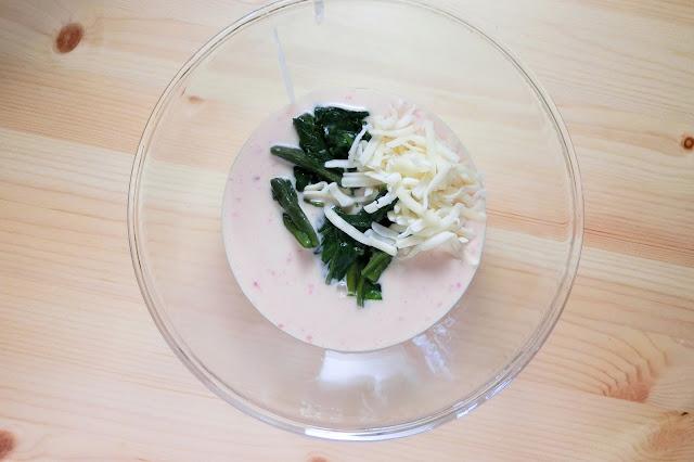 大きめのボウルに【生地材料】を作ります。 生地、つるむらさき、チーズのそれぞれ1/4量を別のボウルに分け、混ぜ合わせます。