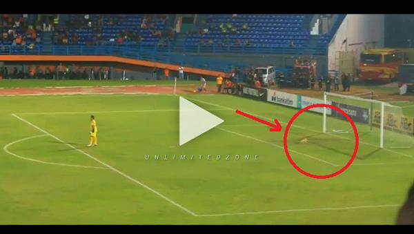 [VIDEO] Ada 'Makhluk Misterius' Muncul di Gawang Persela saat Melawan Borneo FC