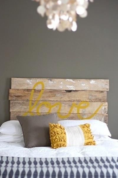 Desain headboard yang terbuat dari papan bekas, tanpa banyak motif. Menghasilkan kesan industrialis sederhana pada kamar tidur.