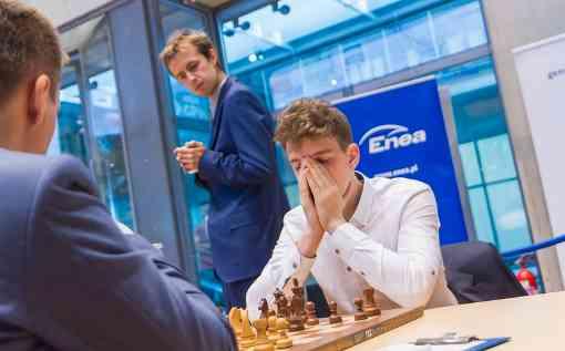 Jan-Krzysztof Duda en chemise blanche au championnat d'échecs polonais - Photo © site officiel