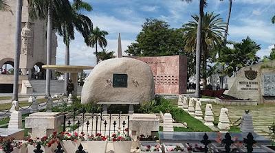 The Young Gods  Fidel-castro-monolito-santa-ifigenia-santiago-cuba-foto-mabel-ps