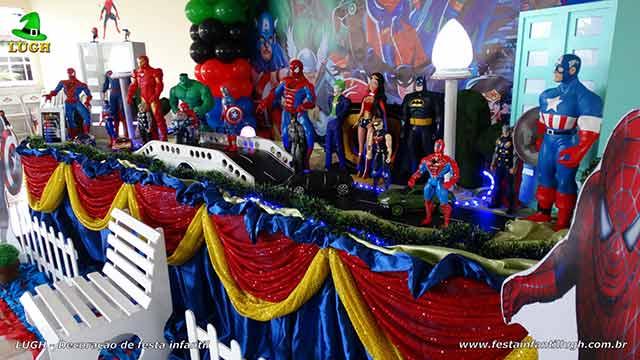 Decoração Super Heróis para a mesa do bolo de aniversário masculino