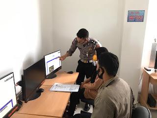 Petugas di Satpas SIM Polres Bone Layani Pemohon Dengan Ramah dan Humanis