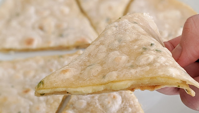 recette, pâte à quesadillas, quesadillas, fait maison, fromage, 2 ingrédients, pâte à pain, pain à la poêle, recette rapide, cuisine rapide, cuisine facile