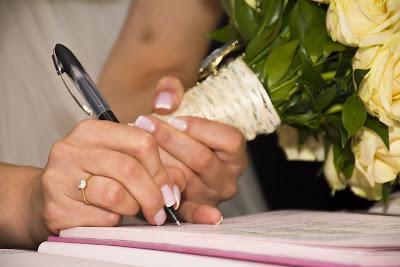 Novia firmando el acta matrimonial