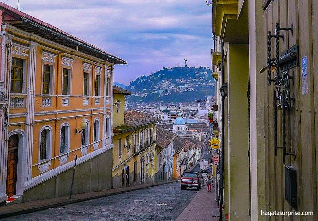 Rua do Centro Histórico de Quito e a Virgem Quiteña