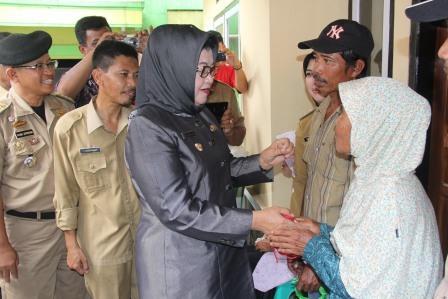 Plt Bupati Subang Beri Bantuan Keluarga Miskin Lanjut Usia dan Anak Yatim Piatu
