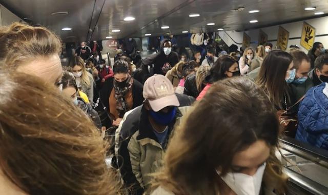 Roma, tutti in fila in metropolitana