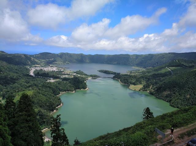 Vista de la Laguna Verde y Azul de Sete Cidades desde la terraza del Hotel Monte Palace (Azores)