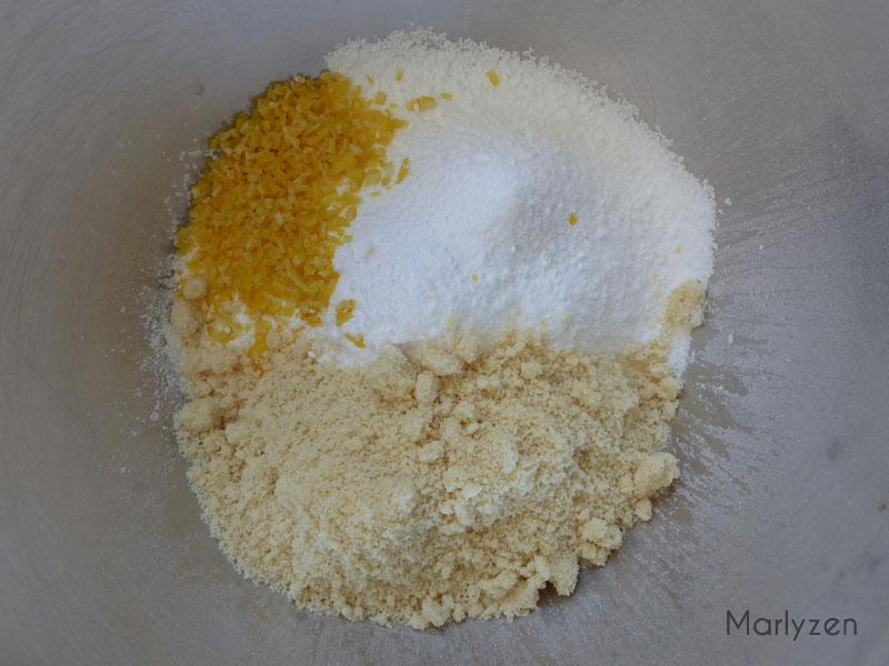 Ajoutez le zeste du citron et la poudre d'amande.
