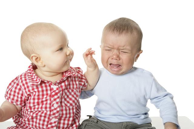 zwei Babys, eins glücklich, eins wütend