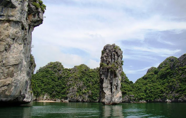 Admire Halong Bay - One of 7 World Natural Wonders 3